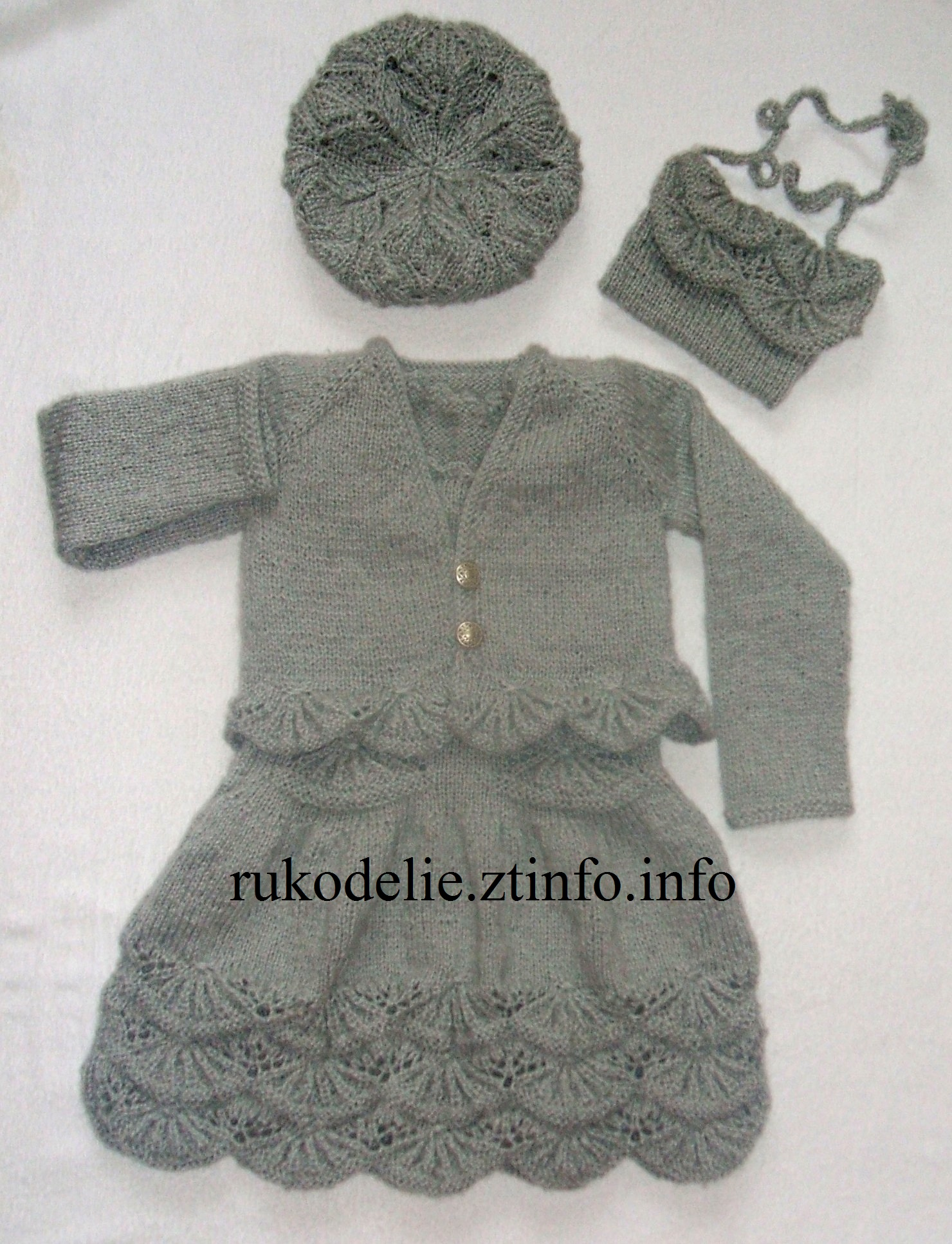 схема вязания манишки для девочки 1 годна спицах